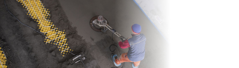 Bauarbeiter bearbeitet Fußboden