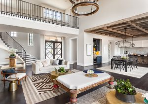 Atemberaubendes Panorama des luxuriösen Innenraums mit Open Concept Floor Plan.
