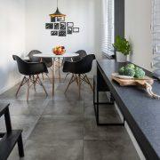 Küche mit Beton-Fliesen auf dem Boden.