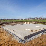 Betonboden in einer Ausgrabung für ein Haus bei Tipp zum Bau