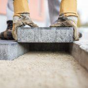 Bauarbeiter legt Fundament