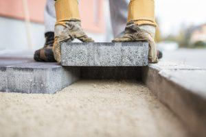 Tipp zum Bau erklärt, was bei der Verlegung von Granitsteinen wichtig ist.