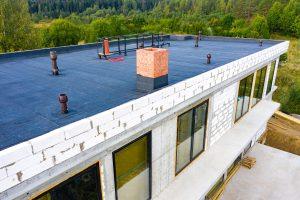Über den Einsatz von Flüssigkunststoff beim Flachdachbau informiert Sie Tipp zum Bau.