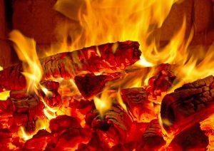 Tipp zum Bau informiert über Brennmaterial beim Kamin.