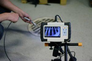 Eine Kamera filmt die Kanaluntersuchung ihres Kanalrohrs bei Tipp zum Bau.