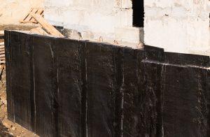 Die Ränder einer Kellerwanne im Altbau müssen abgedichtet werden. Eine Möglichkeit ist hier Bitumen.
