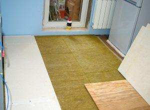 Statt der Kellerdeckendämmung schafft auch eine Foßbodendämmung mehr Behaglichkeit. Lesen Sie mehr dazu auf Tipp zum Bau.