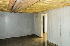 Platz für einen Öltank in einem leeren Kellerraum.