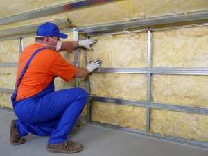 Tipp zum Bau erklärt, wie Sie sich als Trockenbauer beim Verwenden von Steinwolle richtig schützen.