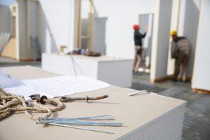 Der SiGeKo hat die Grundsätze aus Paragraph 4 Arbeitsschutzgesetz zu berücksichtigen. Näheres erfahren Sie bei Tipp zum Bau.