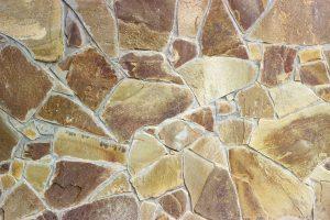 Polygonalplatten aus Naturstein stellen eine interessante Bodenbelag-Variation dar. Tipp zum Bau informiert über die Vorteile.