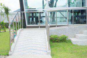 Tipp zum Bau informiert über Türschwellen-Rampen, die Sie nach der barrierefreien Sanierung einbauen.