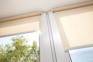 Die Verdunklung des Wohnraumes ist mit einem Rollladen in Form eines Verdunklungsrollos für Dachfenster vollständig möglich. Mehr zum Thema bei Tipp-zum-Bau.