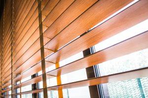 Rollläden und Jalousien gibt es für die Außen- und die Innenmontage. Mehr dazu bei Tipp-zum-Bau.