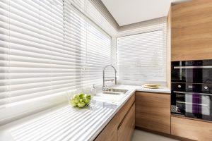 Moderne Küche mit weißen Fensterläden