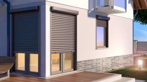 Hellbraune Metallblindlinge an den Türen und Fenstern des Hauses bei Tipp zum Bau