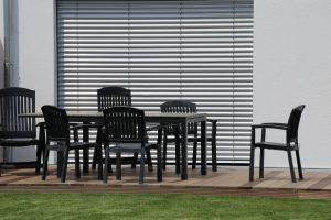 Tipp zum Bau hilft Ihnen bei der Pflege des Rollladens. bild-title-attribut: rollladen-terrassentür-stühle-tipp-zum-bau