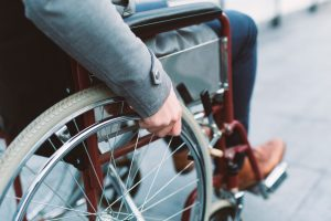 Tipp zum Bau informiert über Hindernisse für Rollstuhlfahrer vor der barrierefreien Sanierung.