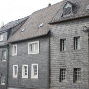 Haus mit Schieferfassade.
