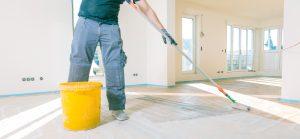 Vor der Anwendung Ihrer Bauplatten sollten Sie den Boden, für den besseren Halt, grundieren.