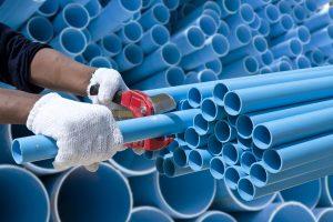Abwasserrohre werden zugeschnitten. Die Verarbeitung erklärt Ihnen tipp-zum-bau.de