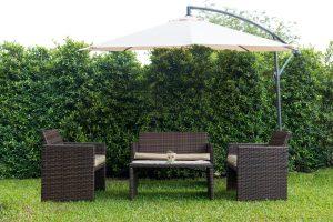 Polyrattan ist ein beliebtes Material für Gartenliegen.