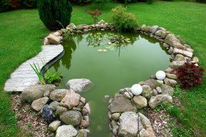 Tipp zum Bau schlägt verschiedene Designs von Außenbeleuchtung vor, um Ihren Teich zum Höhepunkt des Gartens zu machen.