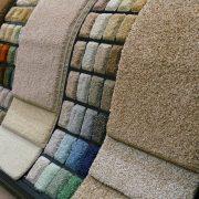 Eine Auswahl an Farb- und Teppichmustern im Laden.