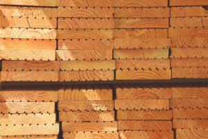 Stapel an Douglasien-Holzdielen.