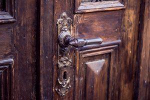 Kellertüren aus Holz haben einen eigenen Charakter. Erfahren Sie mehr auf Tipp zum Bau.