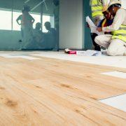 Tipp zum Bau informiert Sie, wie Sie Vinylboden verlegen.