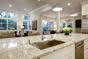 Tipp zum Bau verrät Ihnen, wieso sich eine Naturstein-Verlegung in der Küche besonders lohnt.