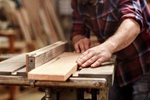 Holz ist ein sehr beliebtes Material für Sockelleisten