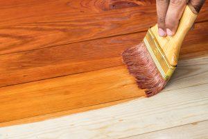 Wählen Sie einen farbigen oder klaren Holzlack für Ihren begehbaren Kleiderschrank.