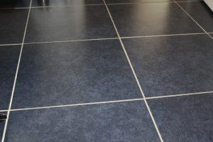 Tipp zum Bau informiert Sie über geeignete Bodenbeläge im Sinne der Barrierefreiheit in Ihrem Bad.