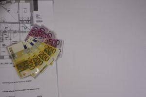 Geldscheine auf Bauplan bei Tipp zum Bau.