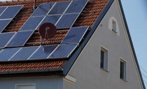 Photovoltaik und SAT-Anlage auf Hausdach