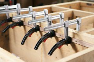 Über die Vorteile und Einsatzbereiche von leichten Hebelzwingen informiert Sie Tipp-zum-Bau detailliert.