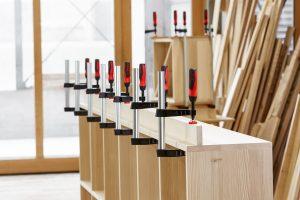 Weshalb Spannwerkzeuge zur Grundausstattung in Schreinereien gehören, erfahren Sie bei Tipp-zum-Bau.