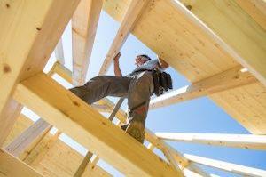 Lesen Sie bei Tipp zum Bau, wie Sie Absturzunfälle am Bau vorbeugen.