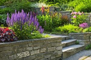 Tipp zum Bau empfiehlt Ihnen, auch im Außenbereich Naturstein zu verwenden.
