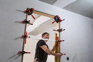 Tipp zum Bau erklärt Ihnen, weshalb Sie mit Winkel-Türfutter-Richtzwingen das Türfutter leichter in den Mauerdurchbruch stellen.