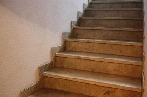 Tipp zum Bau informiert über die Vorteile eines Treppenlifts. Dieser ist eine von vielen Maßnahmen barrierefreier Sanierung.