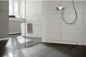 Tipp zum Bau erklärt die Vorteile einer ebenerdigen Dusche bei der barrierefreien Sanierung.