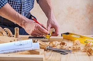 Zimmerer unterscheiden sich von Tischlern und Schreinern. Mehr dazu bei Tipp-zum-Bau.