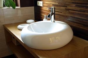 Lesen Sie bei Tipp zum Bau, welche Materialien für Ihr Waschbecken in Frage kommen.