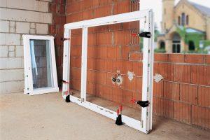 Tipp zum Bau erklärt Ihnen, wie Sie die Fenster-Richtzwinge an Rahmen setzen.