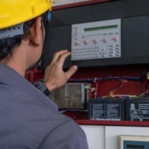 Was eine Brandmeldezentrale ist und was ihre Aufgaben sind: Das erklärt das Glossar von Tipp zum Bau.