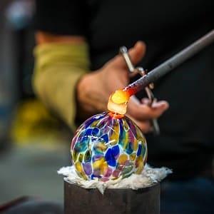 Was ein Überfangglas ist und wie es entsteht: Das erklärt das Glossar von Tipp zum Bau.