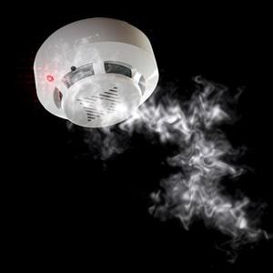 Über die Funktionsweisen und verschiedenen Einsatzgebiete eines Brandalarms informiert das Glossar von Tipp zum Bau.